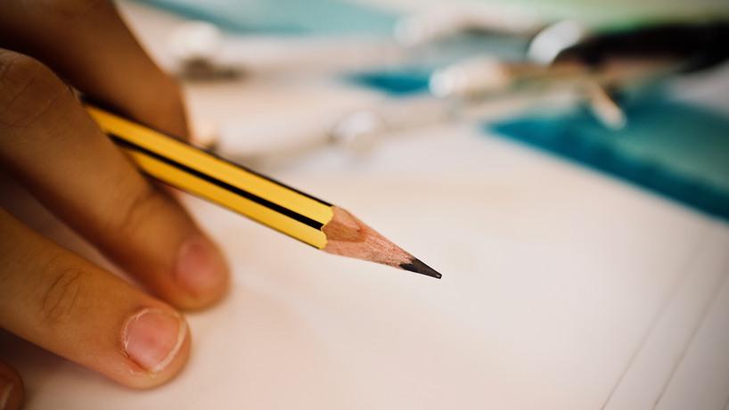 Bilden föreställer en elev med en penna.