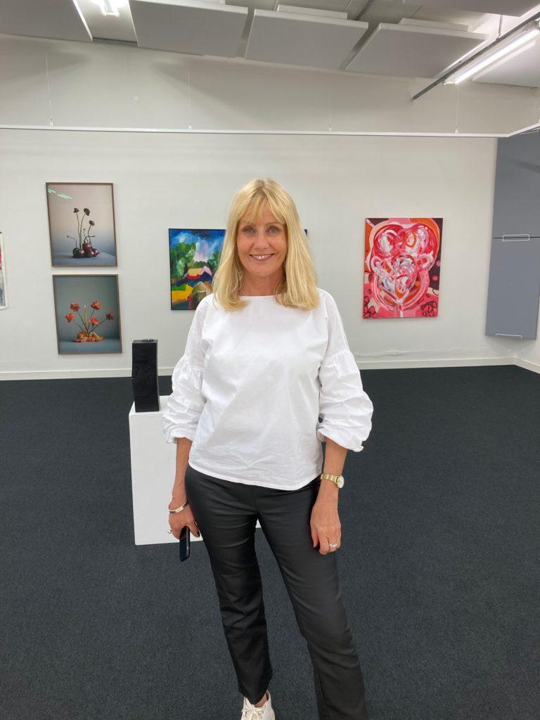 Rigmor Persson i en konstutställning