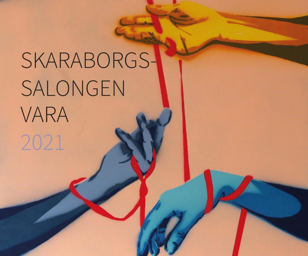 Bilden visar ett konstverk med händer samt texten Skaraborgssalongen Vara 2021. En detalj av verket Together av Olivia Kristiansson.