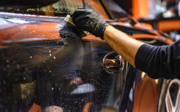 Bilden visar en bil som tvättas