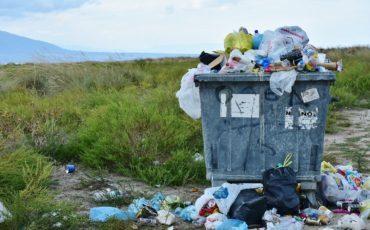 Bilden visar en överfull tunna med sopor
