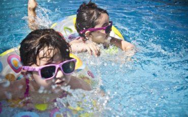Barn som badar.
