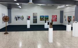 Konstverk av olika slag i en utställningshall