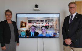 Kronprinsessan Victoria och Prins Daniel gjorde under måndagen ett digitalt besök Vara. Kommunstyrelsens ordförande Lars Gezelius och kommundirektör Anna Cederqvist tog emot Kronprinsesseparet