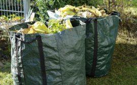 Två stora påsar med avfall från trädgården.