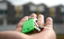 Bilden visar ett par nycklar i en hand.